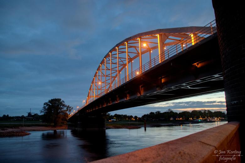 Wilhelminabrug te Deventer - Nu op Koningsdag is de Wilhelminabrug in Deventer m.b.v. de sier-led-verlichting oranje gekleurd. Dus met nog drie andere