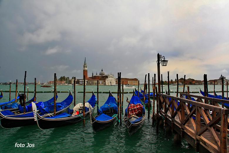 Italie 6 - Venetie is weer droog na een flinke onweersbui en hevige regen. De afdekzeilen van de gondels kunnen er weer worden afgehaald. Ook al loop