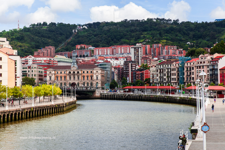 Rivier de Nervion door Bilbao