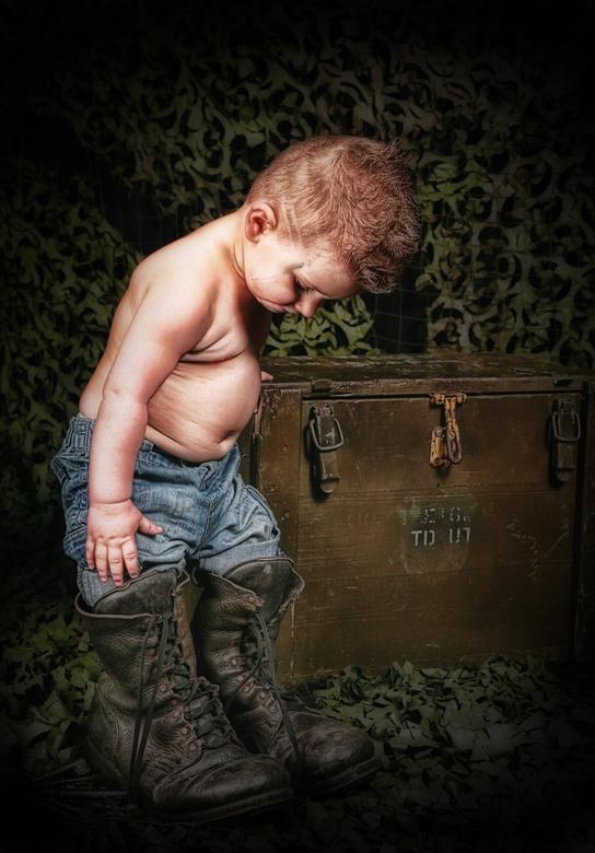 Wie de schoen past... - opname  van een kleine man met grote schoenen..