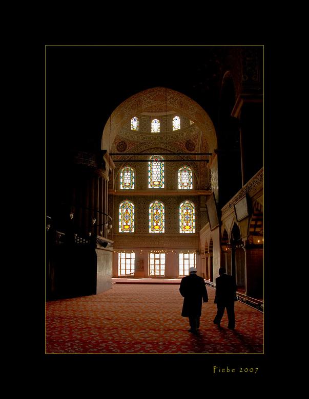 Tijd voor gebed - Deze foto is ook genomen in de blauwe moskee. Het loopt tegen de klok van 11 uur en de immam (links op de foto met witte pet) wordt