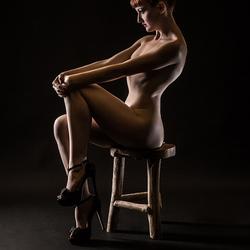 Anita op houten krukje