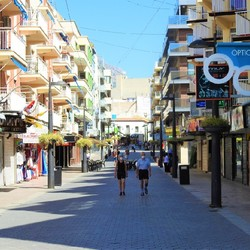 Normaal een van drukste winkelstraat in Benidorm