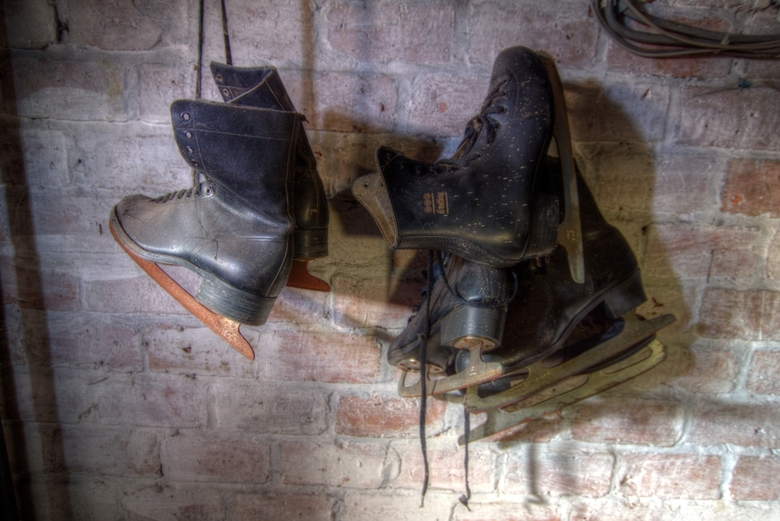 Geschaatst - Stilleven van enkele oude schaatsen in een verlaten pand in Genk. Er worden soms feestjes gegeven, maar dit is vreemd genoeg blijven hang