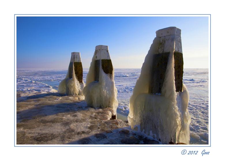 Op de Afsluitdijk 3 - Allemaal erg bedankt voor de reacties op mijn vorige ups van o.a. het kruiend ijs te Urk.<br /> <br /> Nog een variant van ijs
