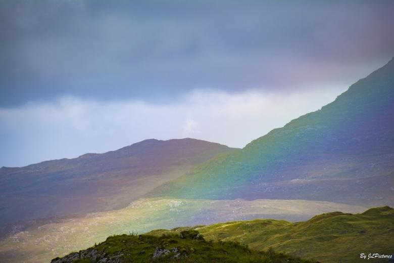 Rainbow Mountain! - net een buitje gehad maar hoe mooi als je dan een regenboog laag over  de berg ziet dan is het alsof de berg ingekleurd is, ik heb