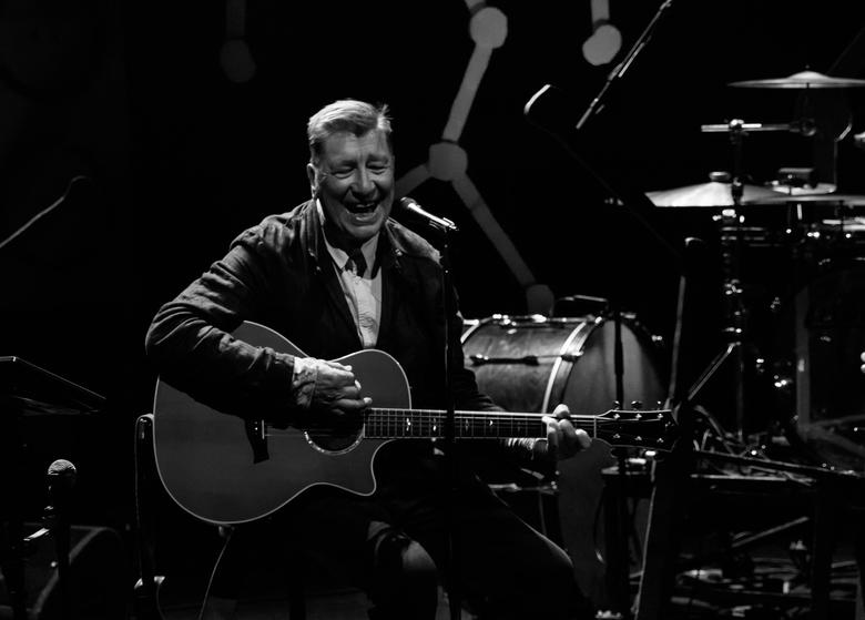 The Nits: Henk Hofstede in concert (02)... - Nogmaals Henk Hofstede: een moment vol enthousiasme tijdens het concert in Theater Castellum...