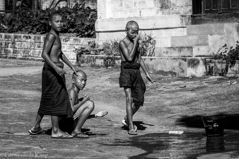 Monks shaving - Elke ochtend een glad geschoren hoofd.