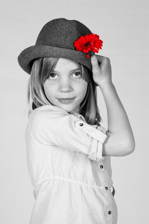 portret C - mijn modelletje. Deze in het zwart wit met kleur. EN veel contrast. Ik vind hem grappig. benieuwd naar jullie meningen.