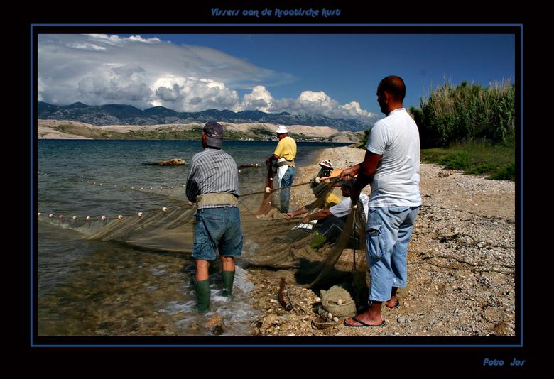 Kroatische vissers - Deze vissers hebben eerst met een bootje het net zo'n drie km verderop in het water gelaten en trokken daarna met de hand he