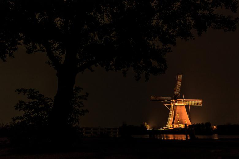 Verlichtingsweek Kinderdijk - Een foto van de Overwaardse molen no. 1 te Kinderdijk tijdens de Verlichtingsweek van 2018