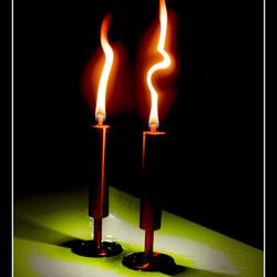 Twee brandende kaarsen.