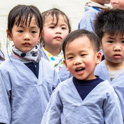 nieuwsgierige Vietnamese kindertjes op schoolreisje