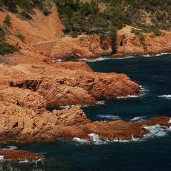 blauwe zee, rode rotsen