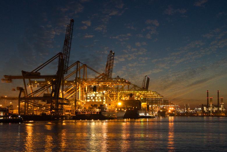 Haven Maasvlakte 2, Rotterdam - Containerhaven op Maasvlakte 2. Foto gemaakt tijdens avondcruise door de haven van Rotterdam. Bewerkt in Luminar 4.