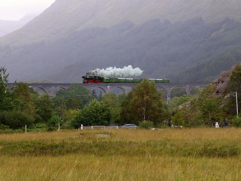 Harry Potter brug met trein.jpg - Op verzoek van Ali, is de trein voorbij gekomen, en dat moest natuurlijk wel een stroomtrein zijn.