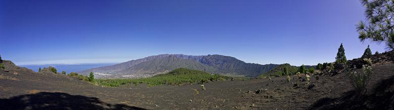 panorama La Palma 2020 - Panorama van een maanlandschap met uitzicht op de caldera. <br /> Iso 100, Canon 17-40 op 17mm f/5.6, 1/1000sec. <br /> 5 f