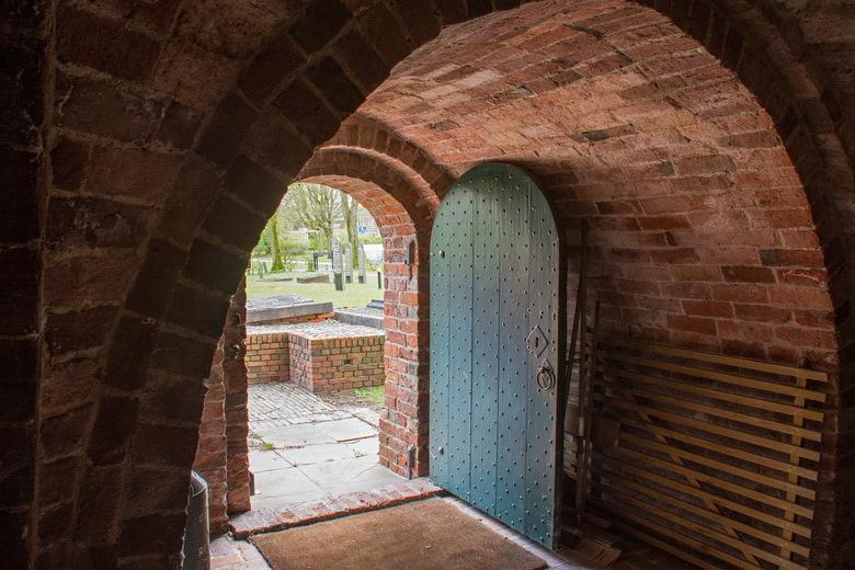 Toegang kerk Bierum naar buiten gezien - Toegang en portaal van de Sebastiaankerk te Bierum (Gron.)