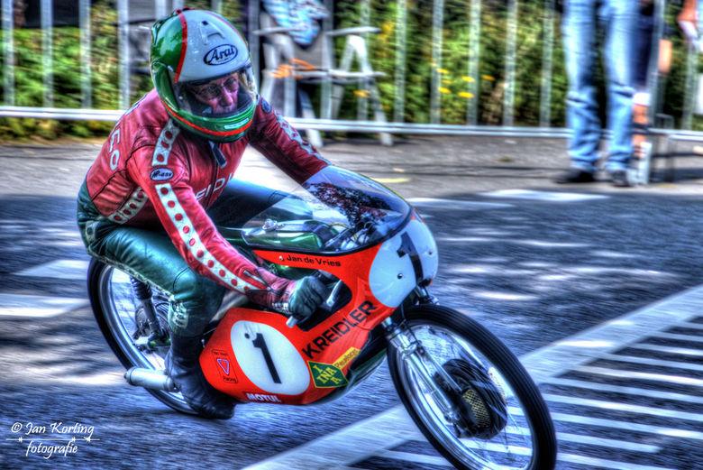 Jan de Vries Classic Racing Oldebroek 2017 - Ja, Jan de Vries (73 jaar toen)  still going strong op zijn wereldkampioenmachine nr. 1 tijdens de Classi