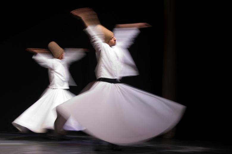 Dansende Derwisjen - Weergave van 2 Islamitische geestelijken tijdens hun rituele dans. Door gebruik te maken van een langere sluitertijd, heb ik bewe