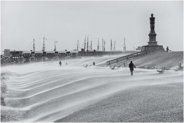 Paasstorm - Windkracht 9 tijdens de tweede Paasdag op de boulevard van de zeedijk. Het Harlinger strand lijkt weg te waaien!
