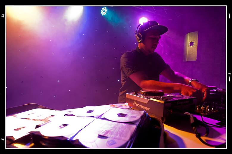Queensnight 03 - Ik vind het altijd geweldig om te zien wanneer iemand gepassioneerd bezig is met het doen van zijn/haar ding. Zo ook DJ-Gilly. Hij gi
