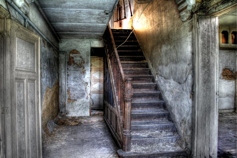 Vervallen Herenhuis 1/2 - Dit is de trappenhal van een oud herenhuis. de foto is genomen in HDR.<br />