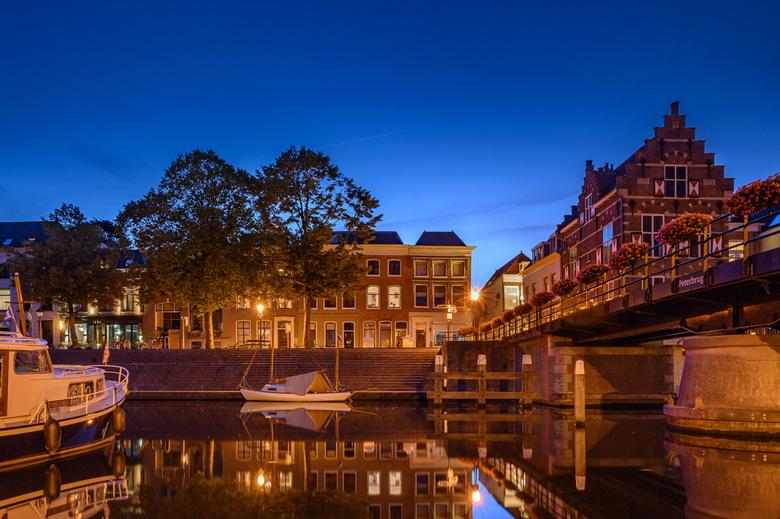 Lingenhaven - De mooie Lingenhaven van Gorinchem met het prachtige warme avondlicht in het blauwe uurtje.