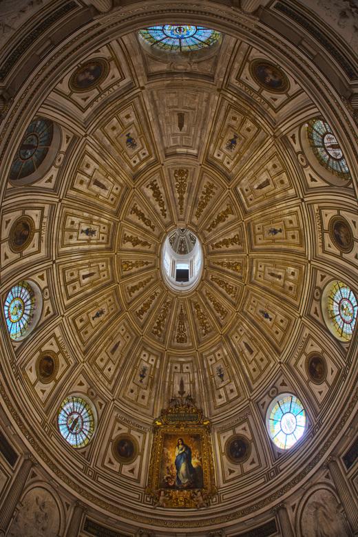 Spanje 64 - De koepel van de kathedraal van Sevilla. Meer groothoek had ik niet bij me helaas.<br /> HDR van 3 opnames.