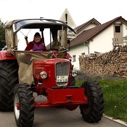 traktor bestuurd door boerin