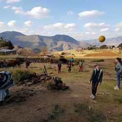potje voetbal met de kinderen in Lesotho
