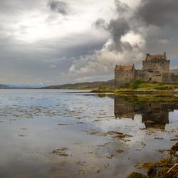 Donkere wolken boven Elian Donan Castle