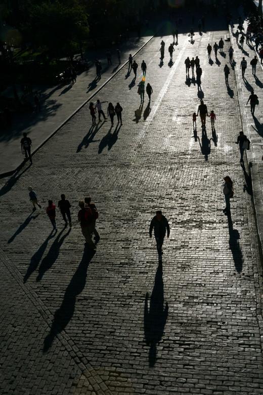Straatstructuur - Het late middaglicht geeft de contouren van deze mensen mooi weer. Het is het Plaza des Armas, waar eerder deze dag een demonstratie