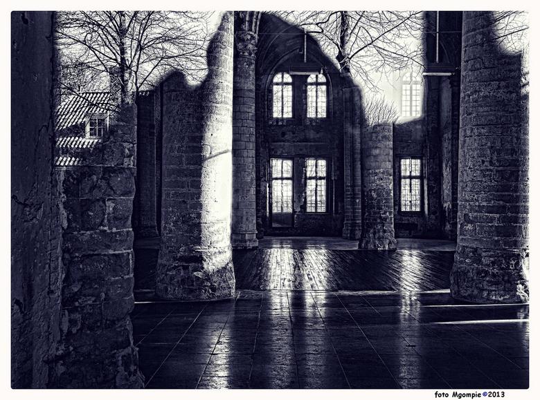 Picture in picture - Tijd voor zwart/wit. Een interessant spiegeleffect........<br /> <br /> Iedereen bedankt voor de reacties op de<br /> <a href=