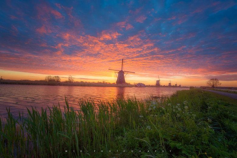 Imposante Zonsopkomst - Het leek wel een vuurzee in de lucht vanmorgen bij zonsopkomst te Kinderdijk.