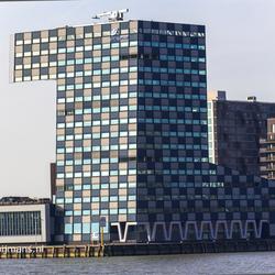 Gebouw Rotterdam aan de Nieuwe Maas