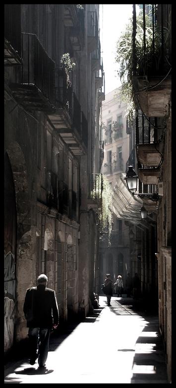 The Alley - Een nauw steegje waarin de ochtendzon ,door de lichte nevel, schijnt.