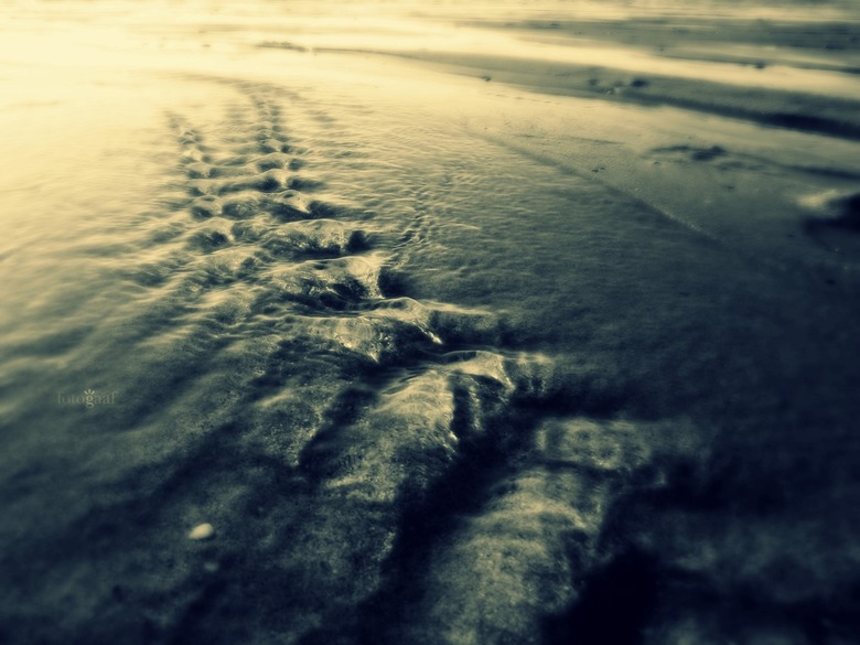Tiny, tiny waves... - &#039;Getijden&#039;<br /> Het water komt<br /> Het water gaat<br /> Water vindt altijd zijn weg<br /> Kruipt waar het niet
