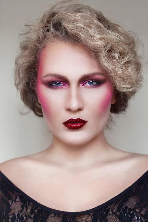 """Lady in Pink - Zelfportret na wat gespeel met make-up <img  src=""""/images/smileys/smile.png""""/><br /> <br /> Lens: 50 mm F/1,8<br /> Licht: natuurlij"""