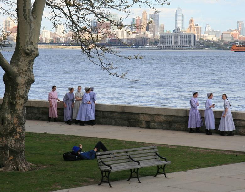 Naar de grote stad! - Amish meisjes op Ellis Island, New York.