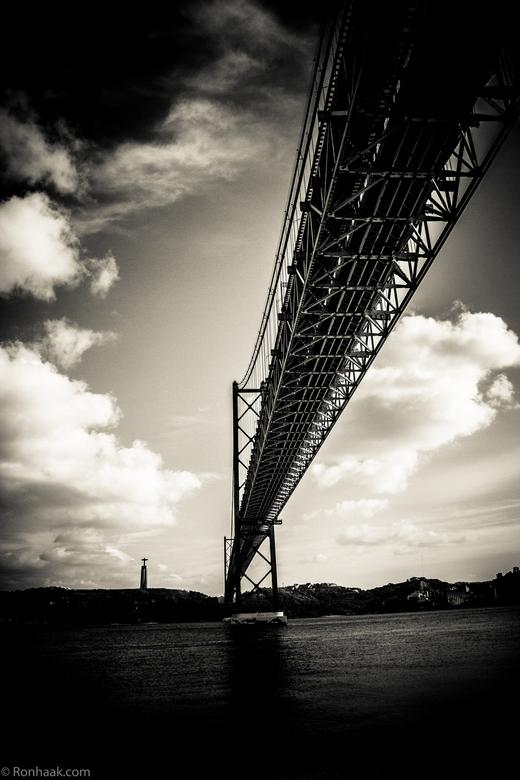 Ponte de 25 Abril in z/w - Soms kan het weglaten van kleur net iets anders toevoegen. Eens of oneens ?