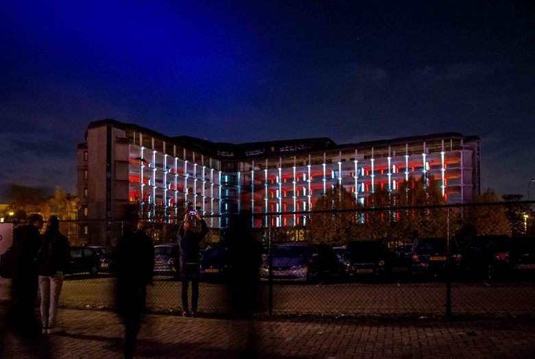 GLOW 2018_5 - Project 27 - Het Karkas - Het verbleekte gebeente van het Philipspand HCZ komt soms - na het vallen van de avond - op mysterieuze wijze