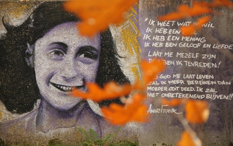 Anne Frank - vallende bladeren  - Graffiti portret van Anne Frank en strofen uit haar dagboek in Nimmerdor te Amersfoort.