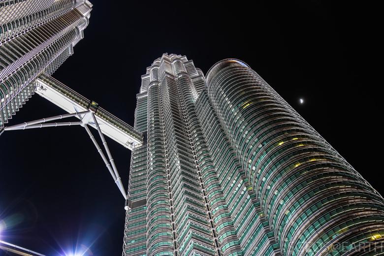 IJstorens in de nacht - Foto genomen van de Petronas torens in Kuala Lumpur - Maleisië in de nacht. Door de donkere lucht steken de torens mooi af en