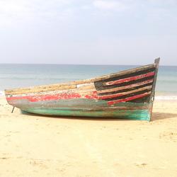 Aangespoelde boot op het strand