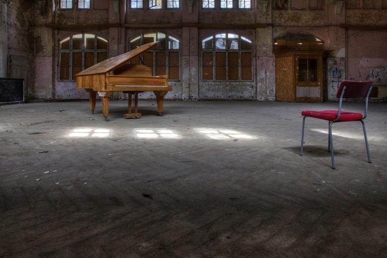 Beelitz 33 - Piano met stoel.....