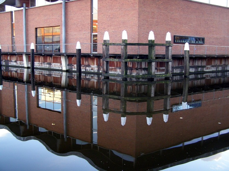 SPIEGELBEELD - Spiegelbeeld van het gebouw van de fa.Nolet in Schiedam.