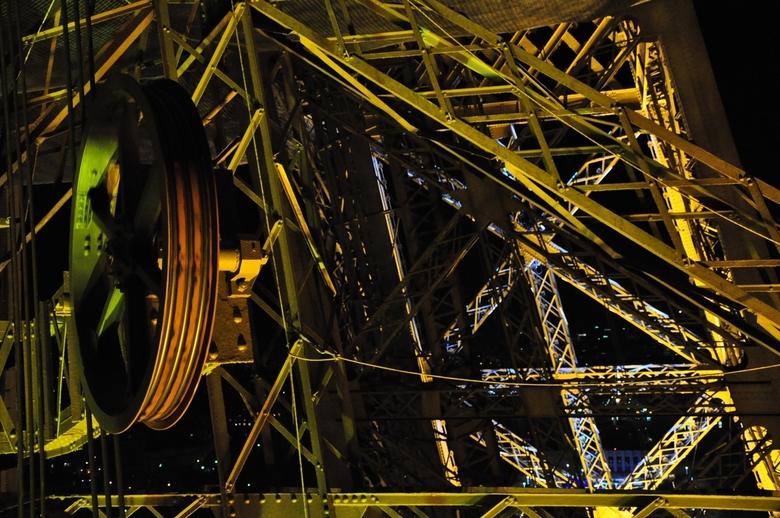 Stukje Eiffeltoren - Stukje toren vanuit de lift