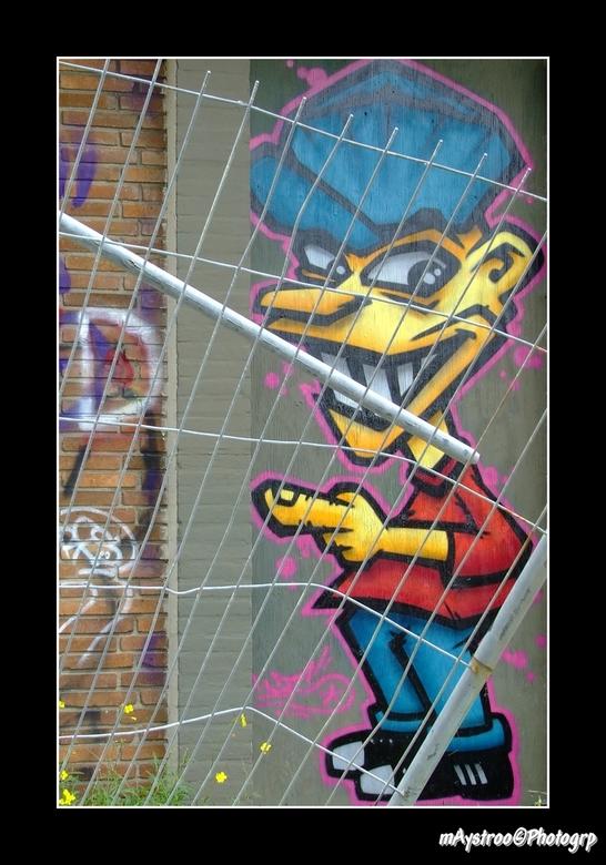graffiti behind fence - bij voormalig hotel brittania in vlissingen<br /> nu uitgegroeit tot graffitiplek