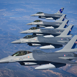 5 F-16's in formatie